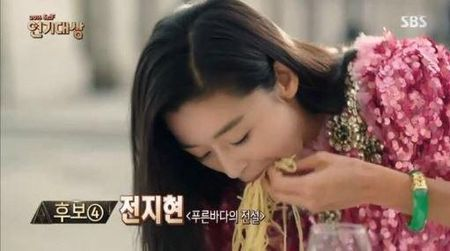 Tray trat dong Huyen thoai bien xanh, Jun Ji Hyun chi duoc giai... canh an an tuong nhat - Anh 1