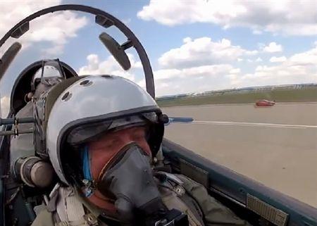 Tiem kich Su-30 Nga dua toc do voi sieu xe Ferrari - Anh 1