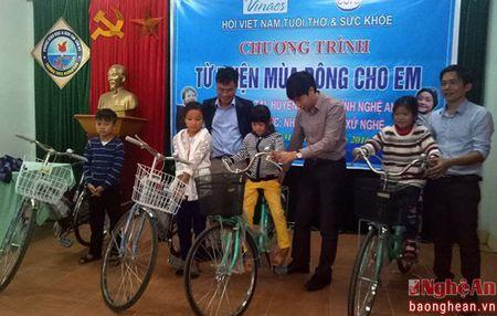 Trao 30 chiec chan am va 4 xe dap cho hoc sinh ngheo Tan Ky - Anh 2