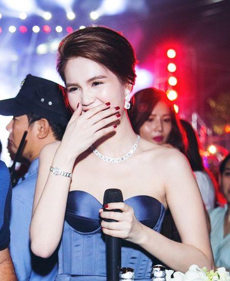 Ngoc Trinh khoe trang suc kim cuong ty phu Hoang Kieu tang - Anh 9