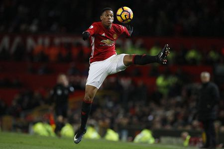"""Mourinho nhan gui Martial: """"Hay theo toi, dung nghe tay dai dien"""" - Anh 1"""