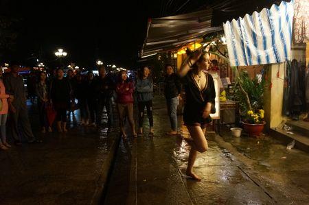 Khach Tay cuong nhiet don nam moi 2017 o pho co - Anh 9