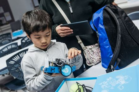 Trung Quoc: Cac bac bo me manh tay chi tien cho con hoc lap trinh, robot - Anh 3