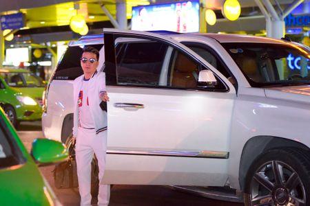 Mr. Dam to chuc sinh nhat cho Duong Trieu Vu o san bay - Anh 1