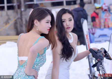 Cuoc thi hoa hau Trung Quoc ep thi sinh chup anh o nui tuyet - Anh 4