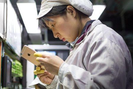 Hang nghin cong nhan san xuat iPhone tai Foxconn mat viec - Anh 1