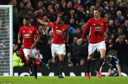 Cham diem MU 2-1 Middlesbrough: Nguoi hung Martial che mo Pogba, Ibra - Anh 1