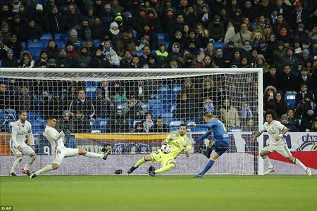 Real Madrid 1-2 Celta Vigo: Bao dong cho Ronaldo va Zidane - Anh 3