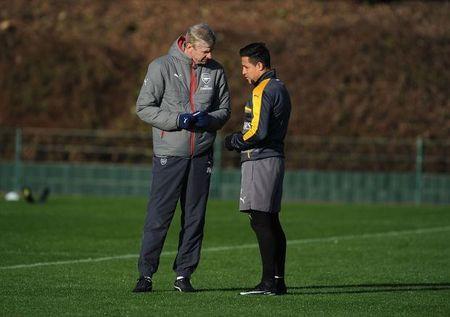Wenger uu ai Sanchez trong buoi tap cua Arsenal - Anh 10