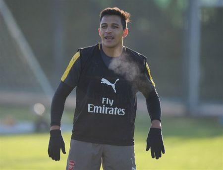Wenger uu ai Sanchez trong buoi tap cua Arsenal - Anh 3
