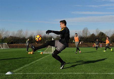 Wenger uu ai Sanchez trong buoi tap cua Arsenal - Anh 4