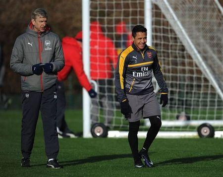 Wenger uu ai Sanchez trong buoi tap cua Arsenal - Anh 8
