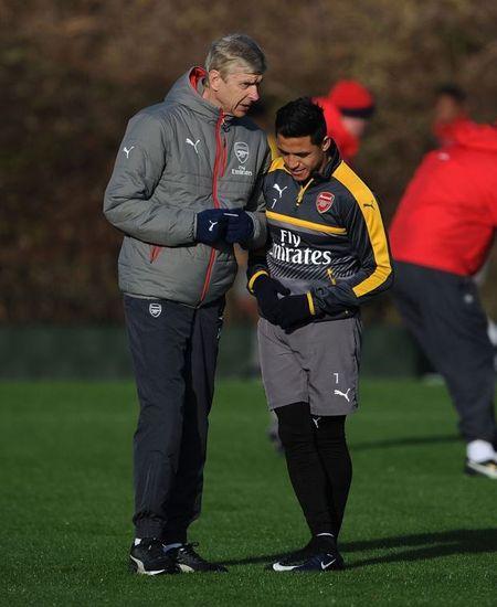 Wenger uu ai Sanchez trong buoi tap cua Arsenal - Anh 9