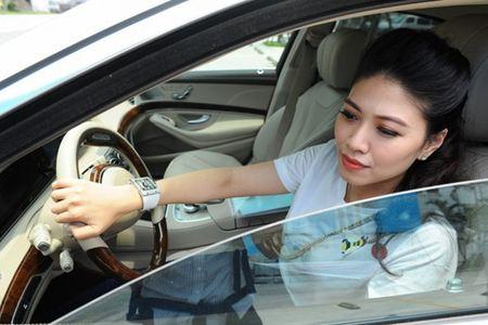 'Phat sot' voi oto hang sang, dong ho khung cua BTV Ngoc Trinh - Anh 1