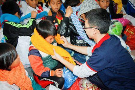 Hoc sinh Ha Noi mang khan am den truong vung cao - Anh 1