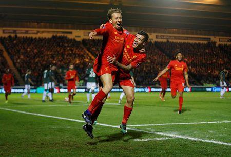 Lucas Leiva giai cuu Liverpool o Cup FA - Anh 1