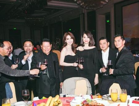 Ngoc Trinh da lam gi o Thuong Hai cung ban trai Hoang Kieu 72 tuoi? - Anh 1