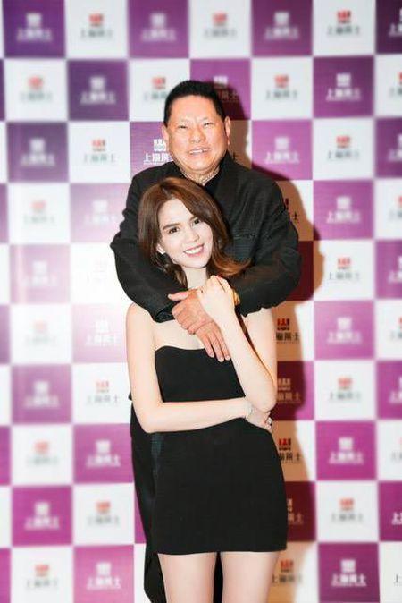 Ngoc Trinh da lam gi o Thuong Hai cung ban trai Hoang Kieu 72 tuoi? - Anh 2