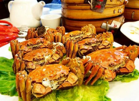 Ngoc Trinh da lam gi o Thuong Hai cung ban trai Hoang Kieu 72 tuoi? - Anh 5