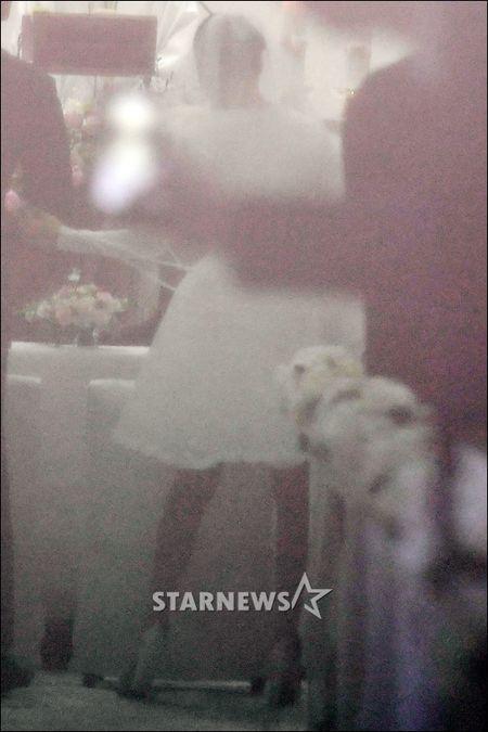 Truc tiep dam cuoi Bi Rain va Kim Tae Hee: Co dau xuat hien an tuong - Anh 9
