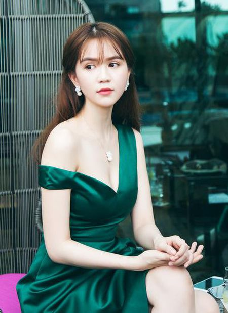 Phan ung bat ngo cua Ha Ho, Ngoc Trinh khi bi du luan nem da - Anh 2