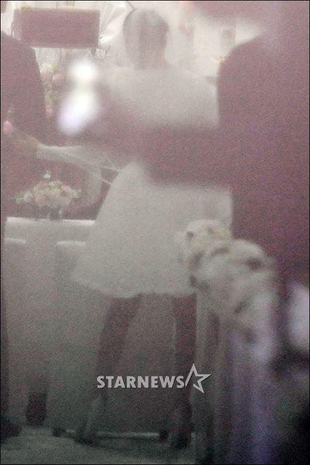 HOT: Kim Tae Hee dien vay ngan lam co dau xinh dep trong ngay cuoi - Anh 4