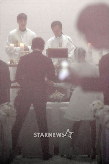 HOT: Kim Tae Hee dien vay ngan lam co dau xinh dep trong ngay cuoi - Anh 5
