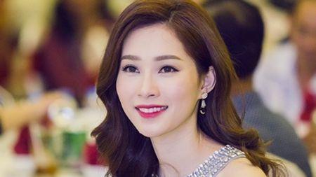HH Thu Thao hanh phuc den roi le, hon ban trai trong tiec sinh nhat - Anh 3