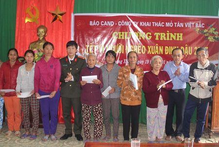 Bao CAND va Cong ty Tan Viet Bac trao tang qua Tet cho nguoi ngheo - Anh 3