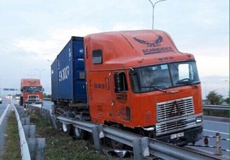 Xe container lao vao lan xe may tren cao toc Long Thanh - Anh 1