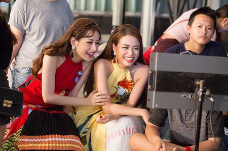 Hoang Thuy Linh 'bat tay' cung Chi Pu tung MV don xuan ruc ro - Anh 5