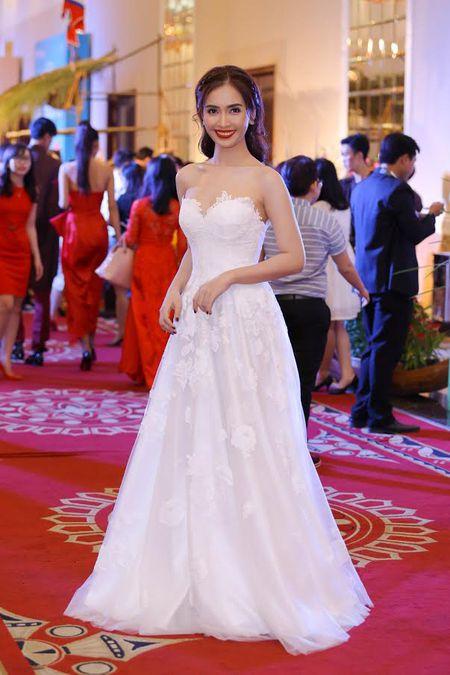 Ai Phuong rang ro ben dan sao Viet tai hoi xuan van nghe si 2017 - Anh 11