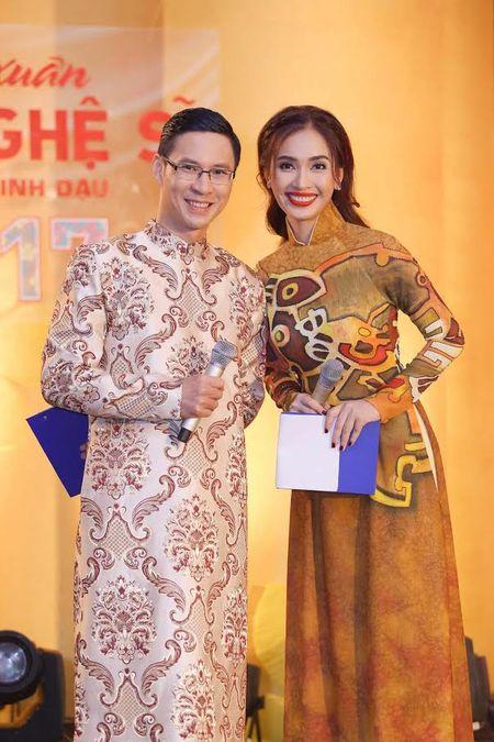 Ai Phuong rang ro ben dan sao Viet tai hoi xuan van nghe si 2017 - Anh 2