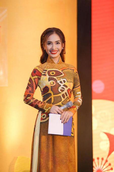 Ai Phuong rang ro ben dan sao Viet tai hoi xuan van nghe si 2017 - Anh 3