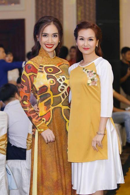 Ai Phuong rang ro ben dan sao Viet tai hoi xuan van nghe si 2017 - Anh 6