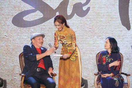 Ai Phuong rang ro ben dan sao Viet tai hoi xuan van nghe si 2017 - Anh 7