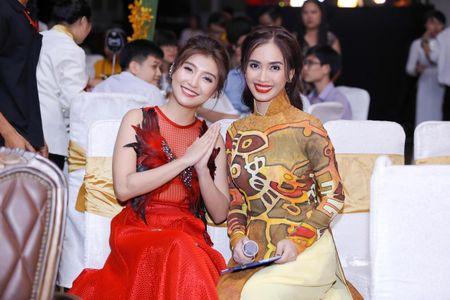 Ai Phuong rang ro ben dan sao Viet tai hoi xuan van nghe si 2017 - Anh 8
