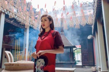 A hau Tu Anh khoe ve dam tham voi ao dai Tet - Anh 2