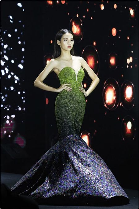Cach xu ly tinh huong day ban linh cua 5 my nhan Viet khi gap su co catwalk - Anh 4