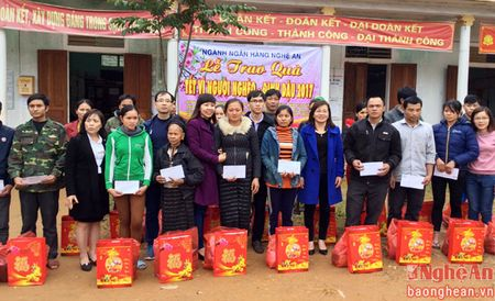 Nganh Ngan hang trao 250 suat qua tet cho nguoi dan Que Phong - Anh 1