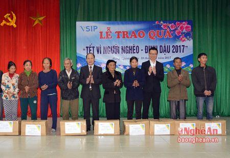 VSIP Nghe An trao tang gan 300 suat qua cho ho ngheo o huyen Hung Nguyen - Anh 2