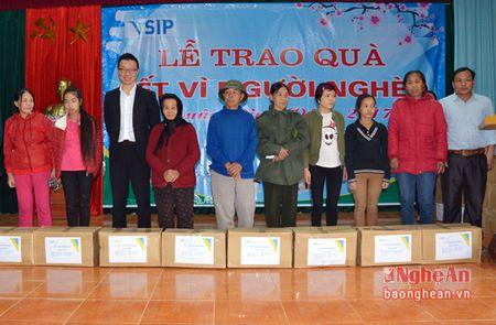 VSIP Nghe An trao tang gan 300 suat qua cho ho ngheo o huyen Hung Nguyen - Anh 4