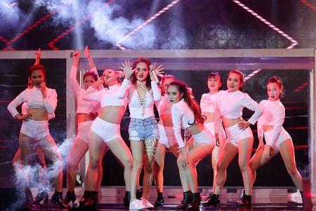 Huong Giang Idol mang Tet lang man, Tim hon Truong Quynh Anh 'dot nong' Remix New Generation - Anh 2
