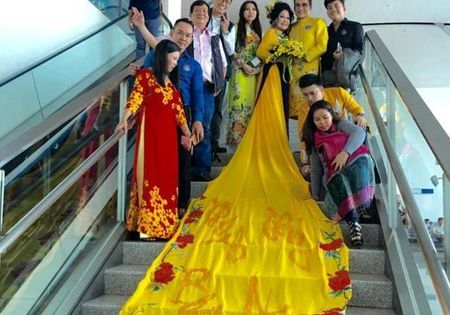 Cap doi Thanh Bach - Thuy Nga bi 'nem da' phan doi vi dien ao dai 5m len may bay - Anh 1