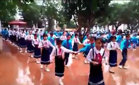 Thich thu xem clip hang tram hoc sinh tieu hoc nhay Cha Cha Cha vo cung dep mat - Anh 1