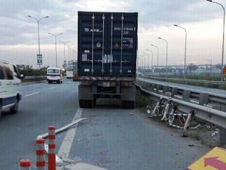 Container lao vao... duong xe may tren cao toc o TP.HCM - Anh 1