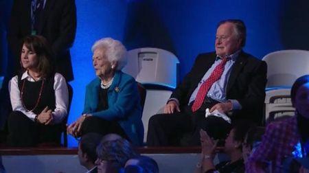 Ca hai vo chong George H.W. Bush nhap vien - Anh 2