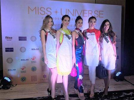 Le Hang cung cac nguoi dep Miss Universe goi thuc an cho phu nu ngheo - Anh 12