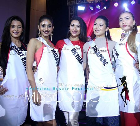 Le Hang cung cac nguoi dep Miss Universe goi thuc an cho phu nu ngheo - Anh 1