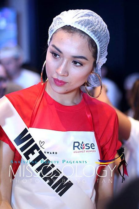 Le Hang cung cac nguoi dep Miss Universe goi thuc an cho phu nu ngheo - Anh 2